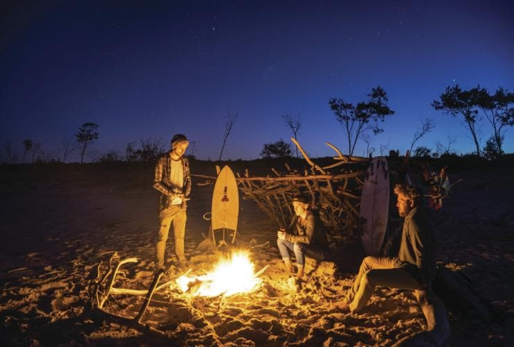Lagerfeuer am Main Beach, North Stradbroke Island, Queensland © Tourism and Events Queensland, Jason Charles Hill