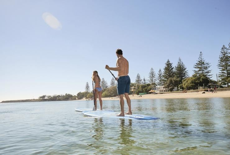Ein Paar beim Paddleboarding am Palm Beach in Queensland © Tourism and Events Queensland