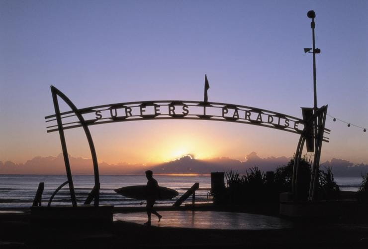"Schild mit der Aufschrift ""Surfers Paradise"" am Strand der Gold Coast in Queensland © Destination Gold Coast"