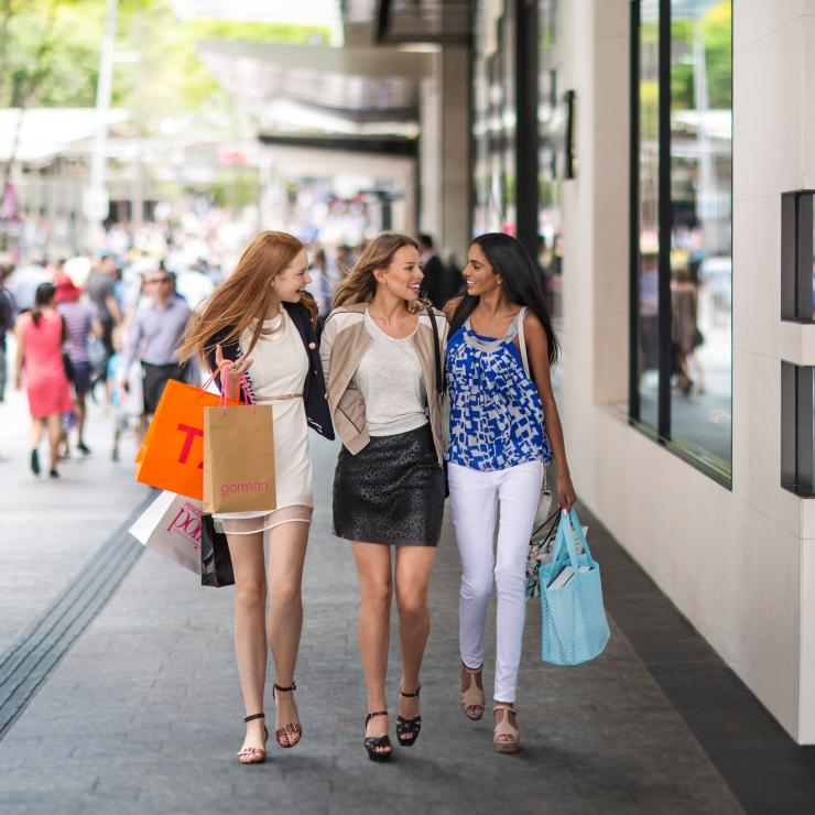 Friends shopping at Queen Street Mall in Brisbane © Brisbane Marketing