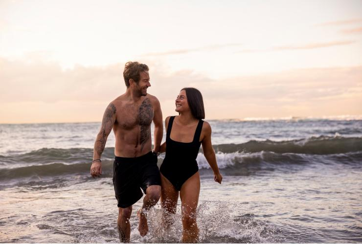 Couple at Gordons Bay beach in Sydney © Destination NSW