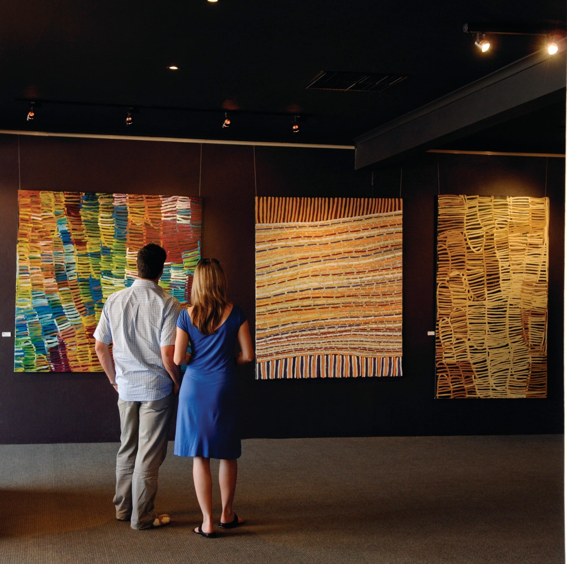 Couple at Mbantua Art Gallery © Tourism NT