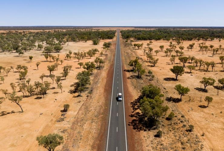 Car driving along the Matilda Way © Tourism and Events Queensland