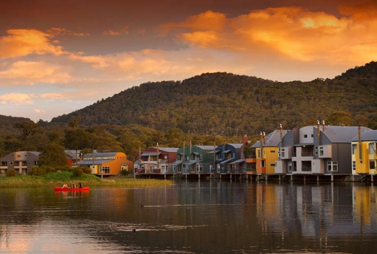 View of Lake Crackenback Resort in the Snowy Mountains © Tourism Snowy Mountains