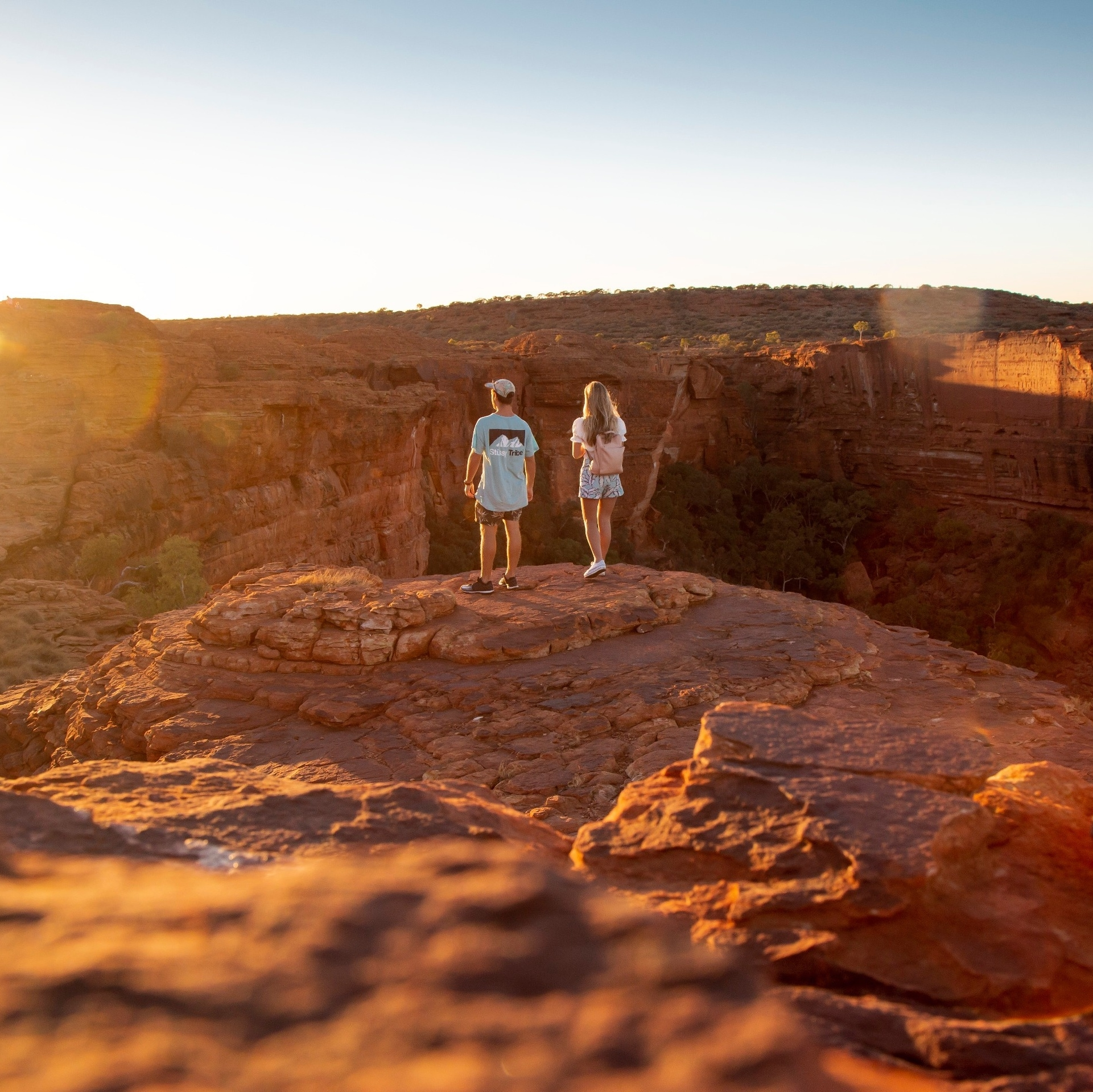Two people standing on the edge of the Kings Canyon © Tourism Australia