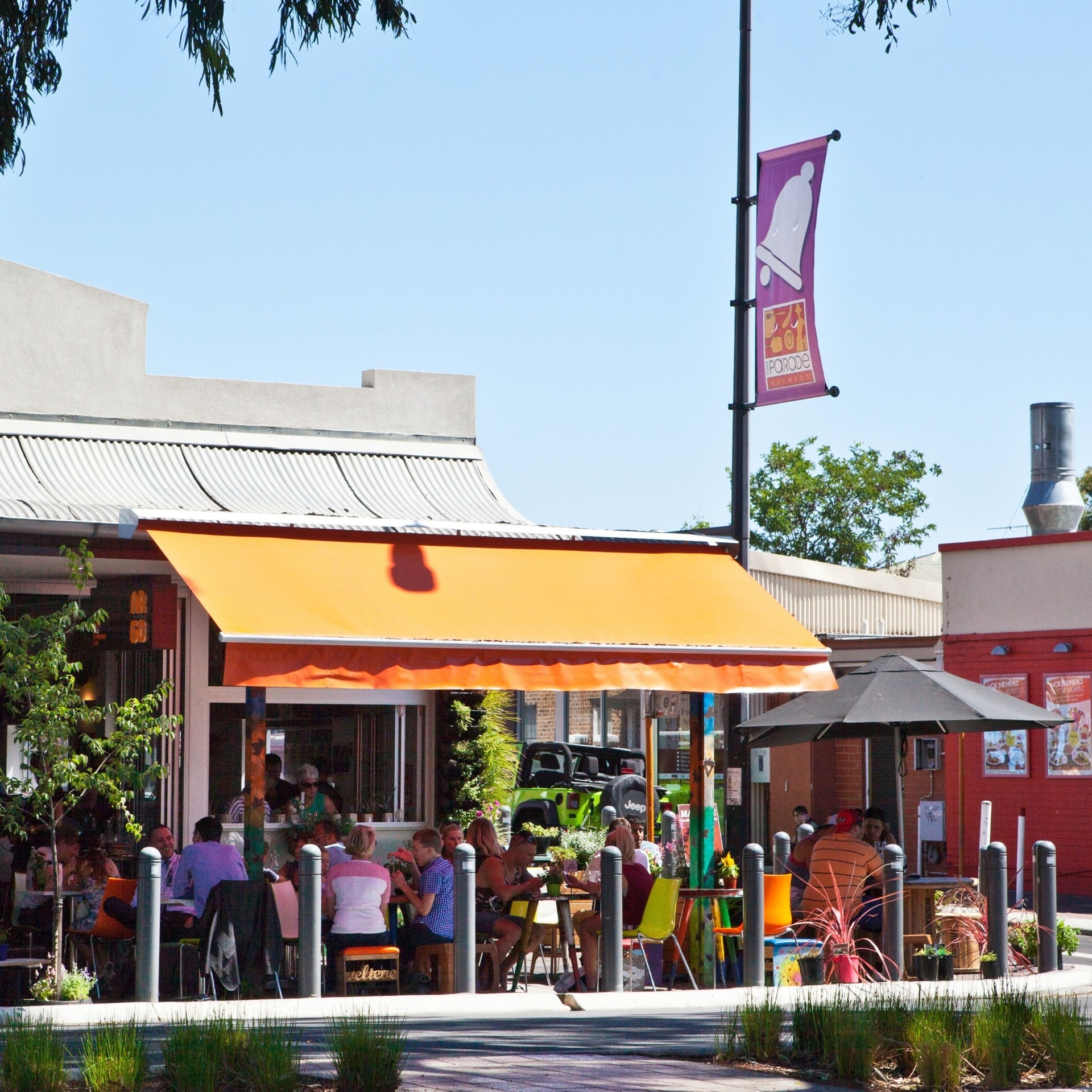 Outdoor seating at Argo on the Parade in Norwood © South Australian Tourism Commission