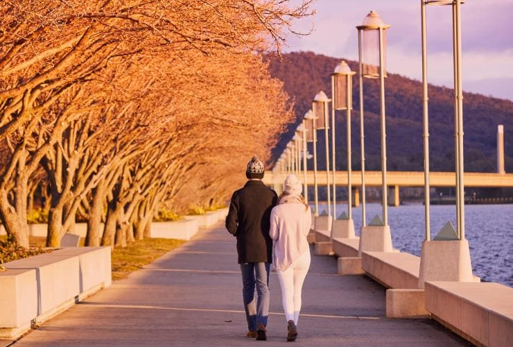 Couple walking around Lake Burley Griffin in Canberra © Lightbulb Studios for VisitCanberra