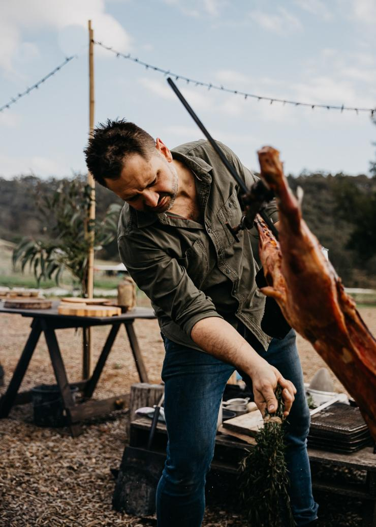 Lennox Hastie cooks lamb over fire © Nikki To