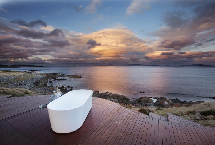 Bathtub overlooking the ocean at sunset at Thalia Haven © Thalia Haven/Marcus Walters