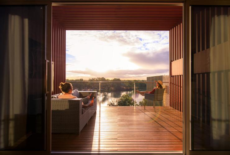 Outdoor bathtub at The Frames retreat in Renmark © South Australian Tourism Commission