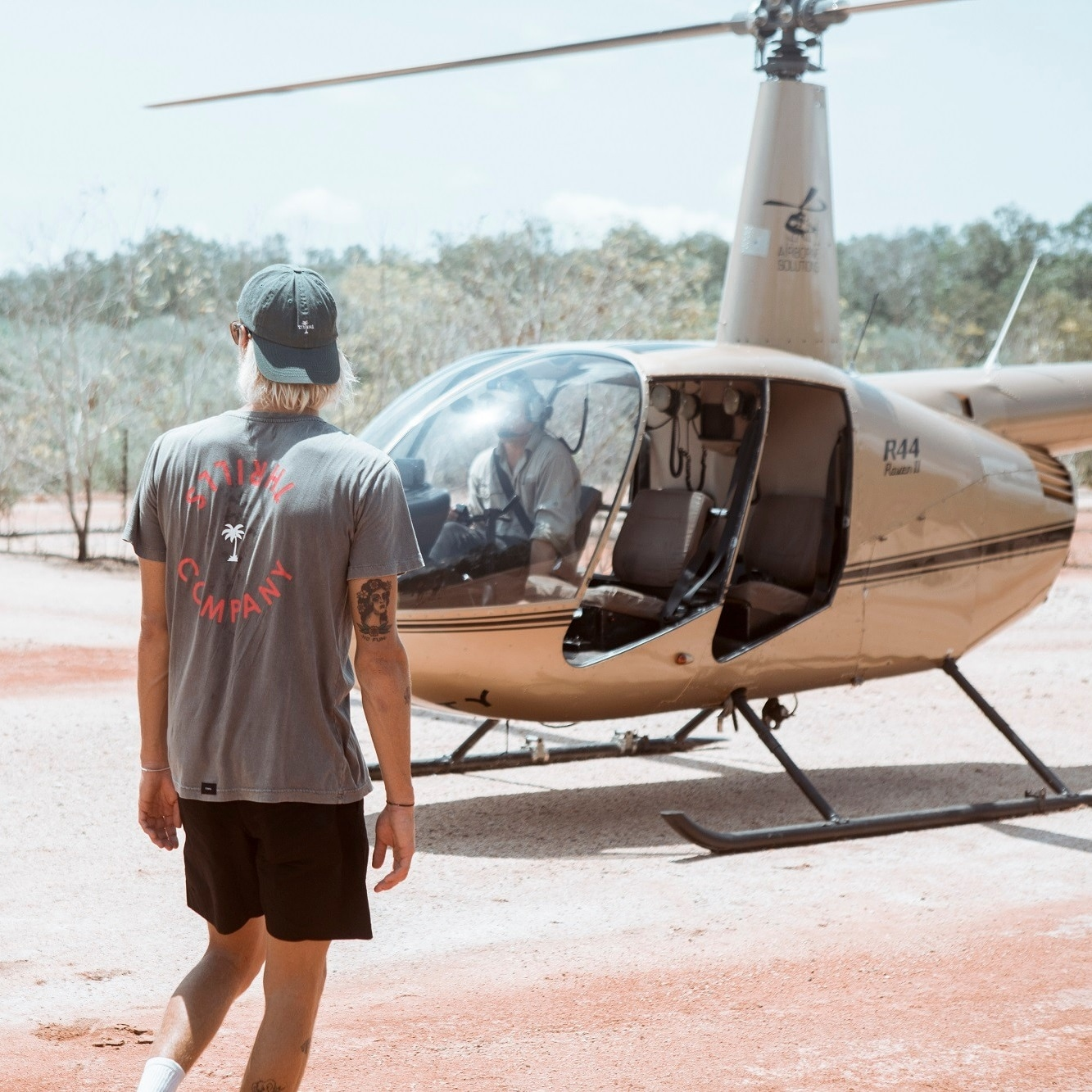 Couple on a heli pub crawl near Darwin © TourismNT
