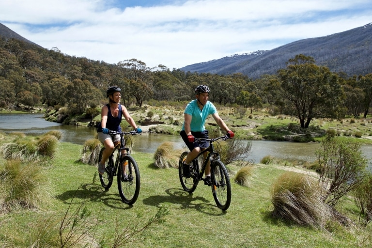 Two people cycling around the Kosciuszko National Park © Destination NSW