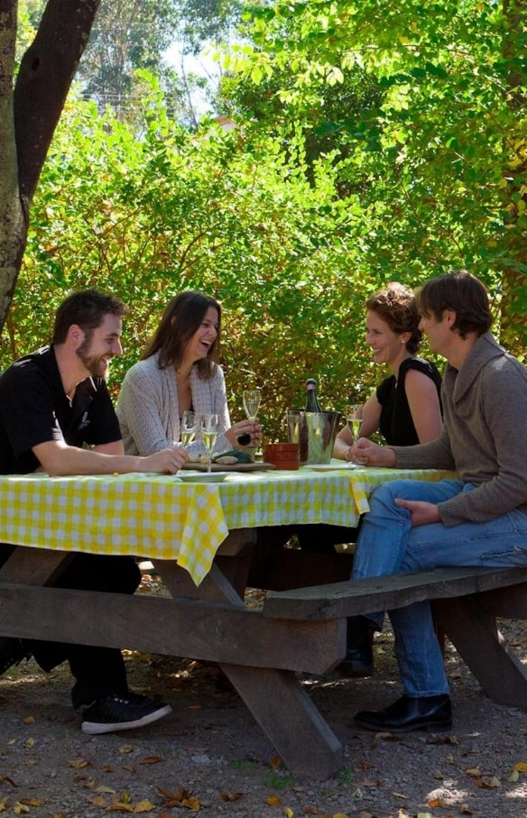 People dining outside at Mountain View Hotel in King Valley © Mountain View Hotel