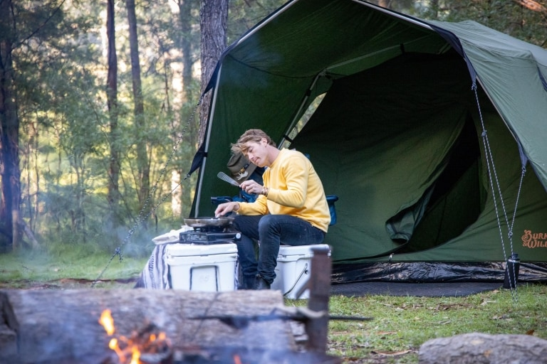 Hayden Quinn barbecues over a fire © Boomtown Pictures
