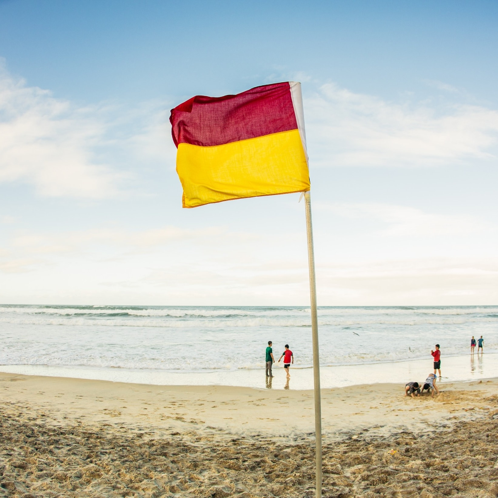 Red and yellow flag on the Gold Coast © Tourism Australia