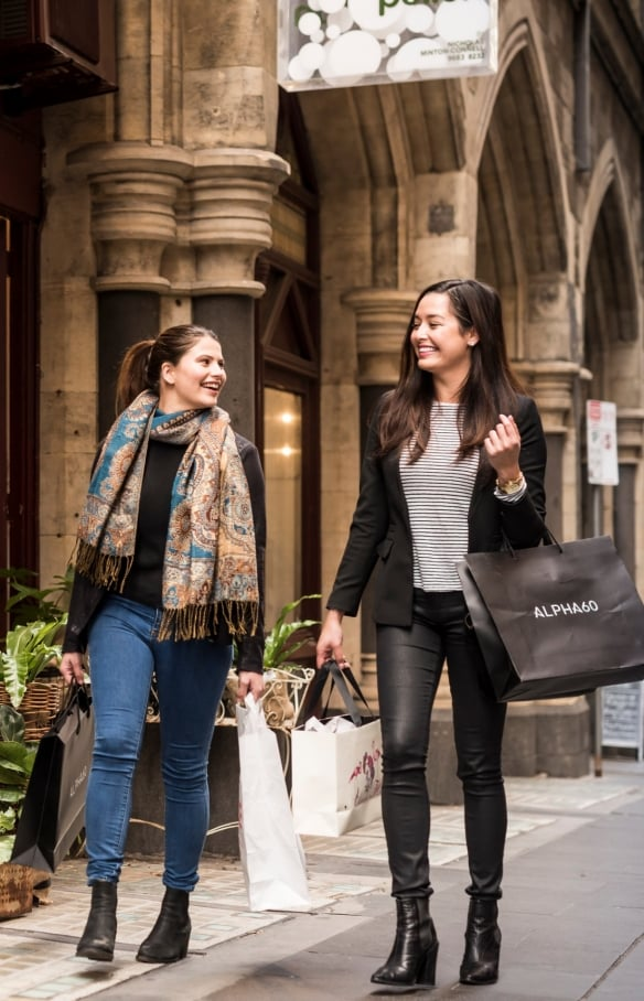 Women shopping in Flinders Lane in Melbourne © Visit Victoria