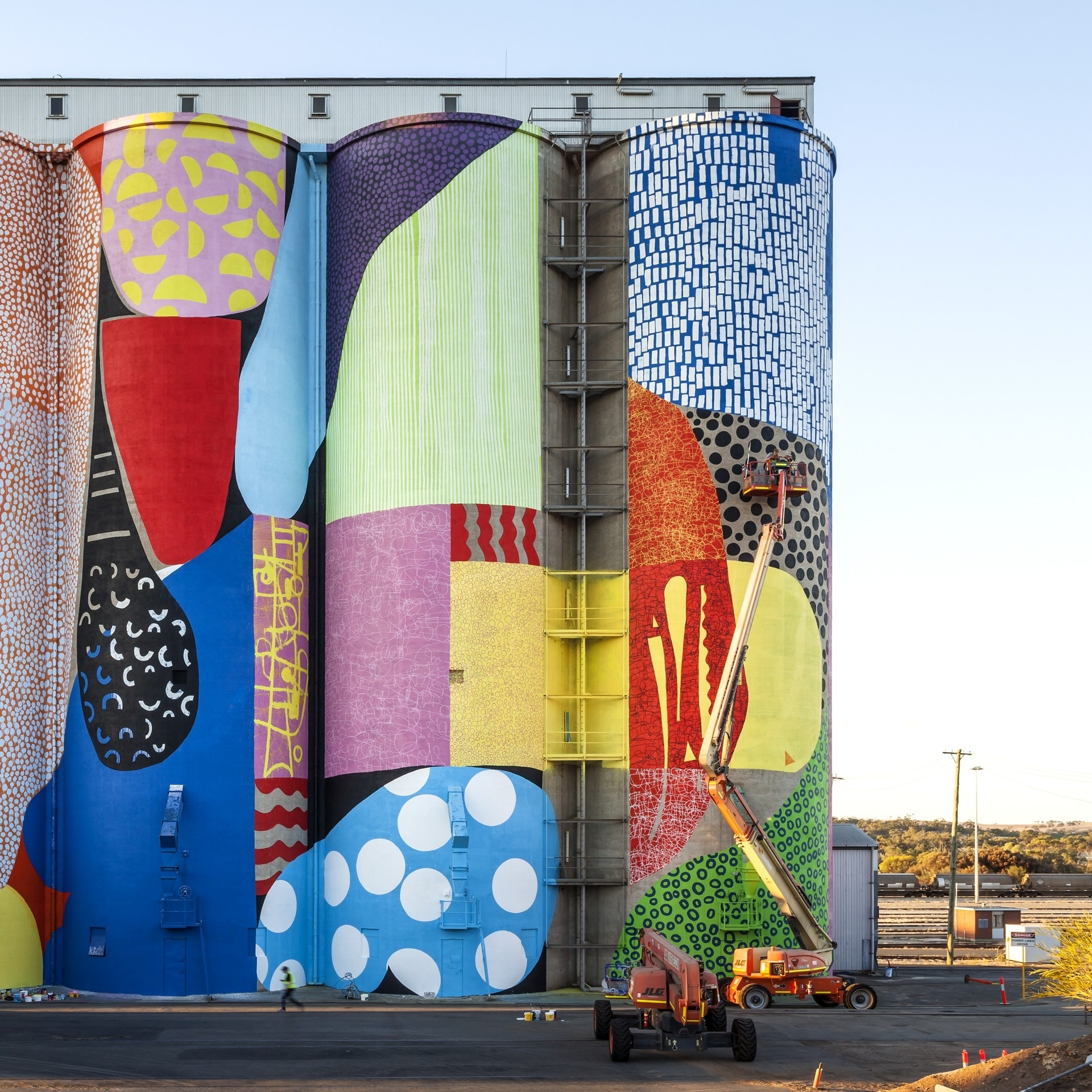 Painted grain silos on the Public Silo Trail in Northam © Bewley Shaylor
