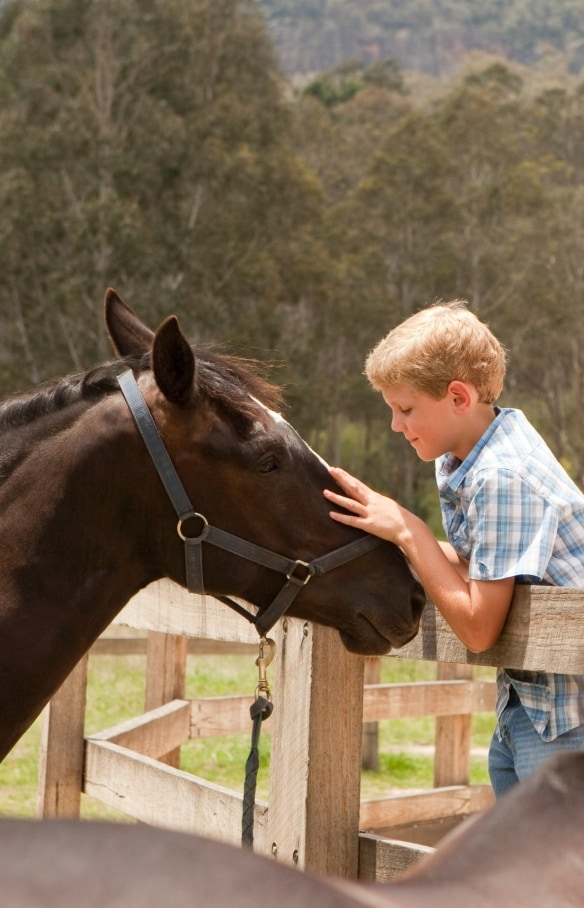 Children with a horse at Emirates One&Only Wolgan Valley © Luxury Lodges of Australia