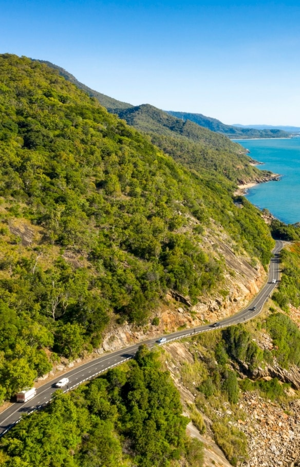 Road winding along the Queensland coastline © Tourism and Events  Queensland