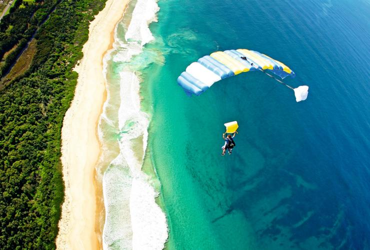Saut en parachute à Carins, QLD © Tourism and Events Queensland
