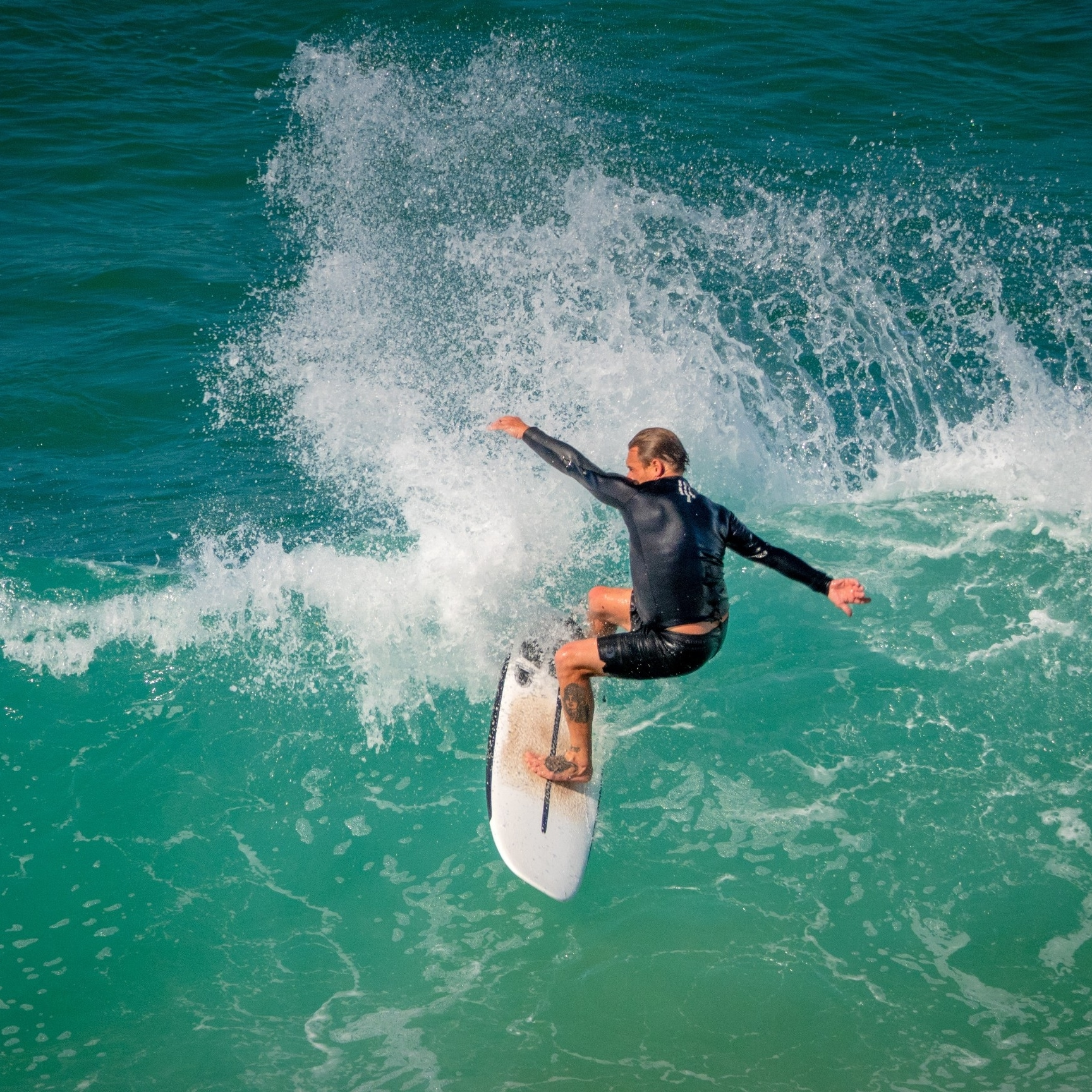 Surfer sur la Gold Coast, QLD © Tourism Australia
