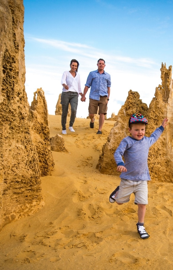 Famille explorant les Pinnacles, Nambung National Park en Australie Occidentale © Tourism Western Australia/David Kirkland