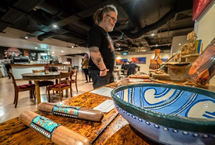 Karya seni First Nations ditampilkan di Birrunga Gallery and Dining, Brisbane, Queensland © Tourism and Events Queensland