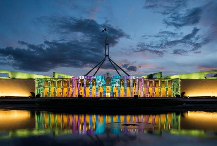 Parliament House selama Enlighten Festival, Canberra, ACT © Martin Ollman