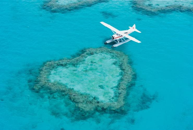 Pesawat amfibi, Heart Reef, Great Barrier Reef, QLD © Tourism and Events Queensland