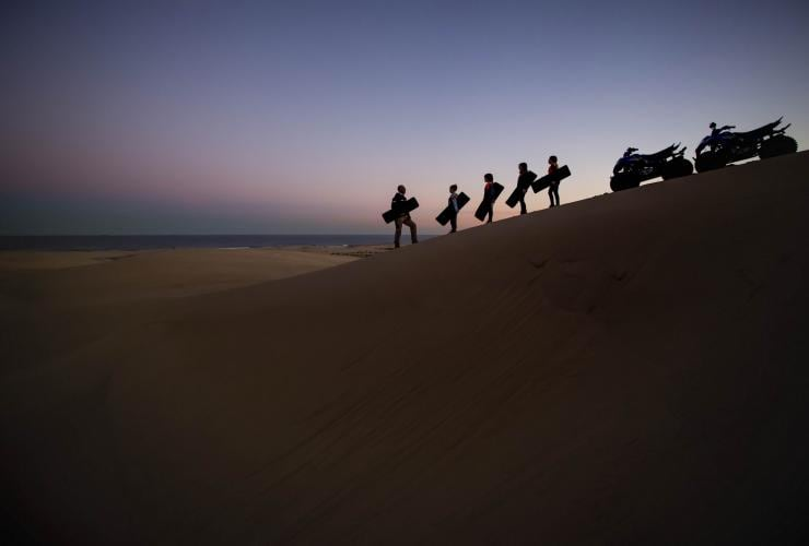 Sand Dune Adventures di Stockton Beach, Port Stephens, NSW © Archie Sartracom, Tourism Australia