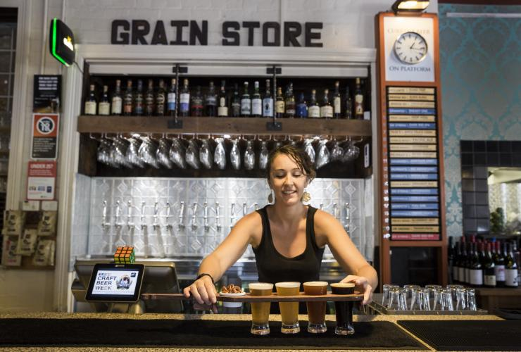 Bartender menyajikan bir di The Grain Store Craft Beer Cafe di Newcastle © Destination NSW