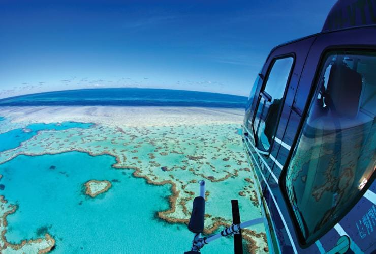 Penerbangan helikopter di atas terumbu karang, qualia, Great Barrier Reef, QLD © qualia