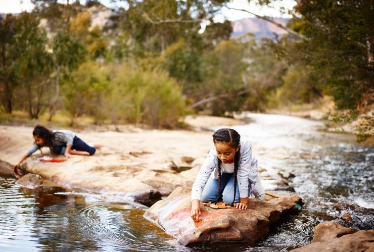 Anak-anak bermain di sungai di Emirates One&Only Wolgan Valley di Blue Mountains © Emirates One&Only Wolgan Valley