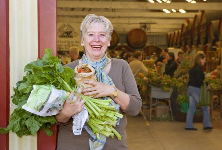 Maggie Beer al Barossa Farmers Market, Angaston, South Australia © Jacqui Way, South Australia Tourism Commission