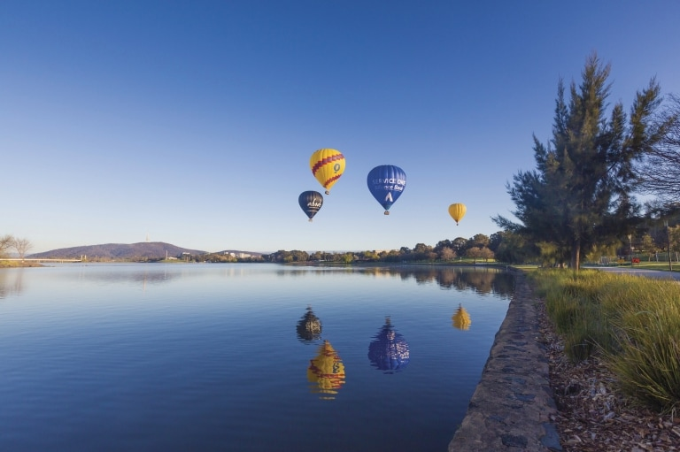 In mongolfiera sul Lake Burley Griffin, Canberra, Australian Capital Territory © VisitCanberra