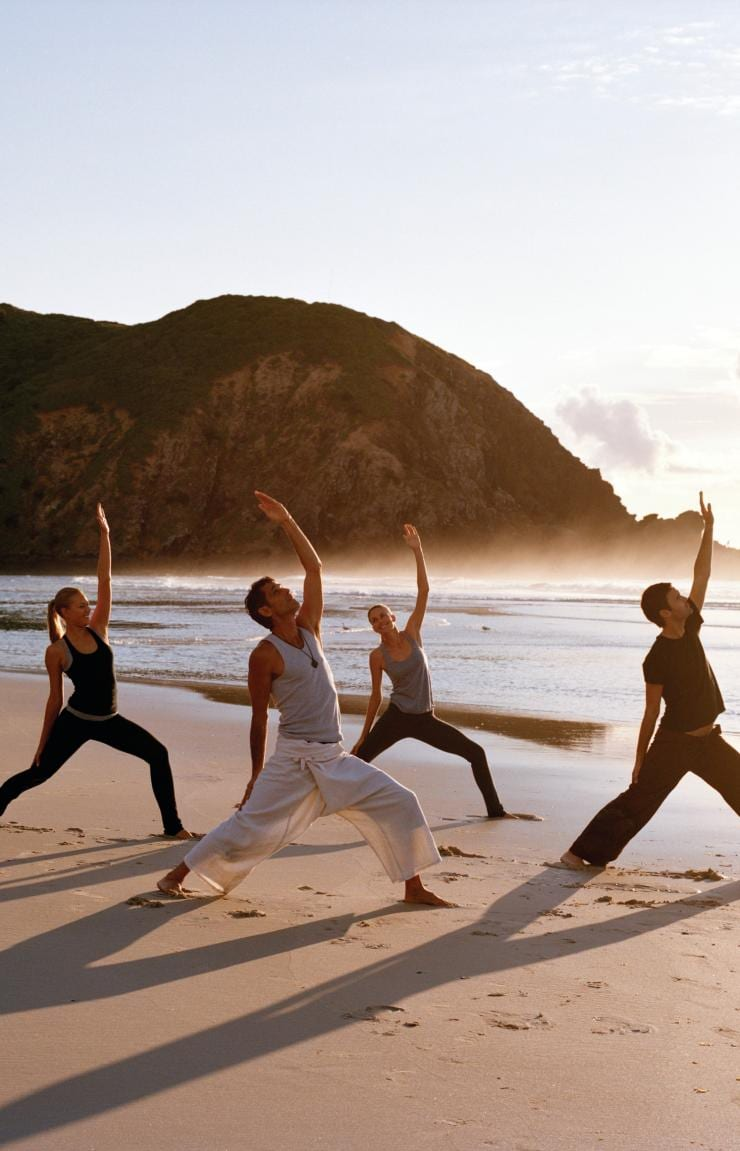 Yoga all'alba a Byron Bay, New South Wales © Mike Newling, Tourism Australia