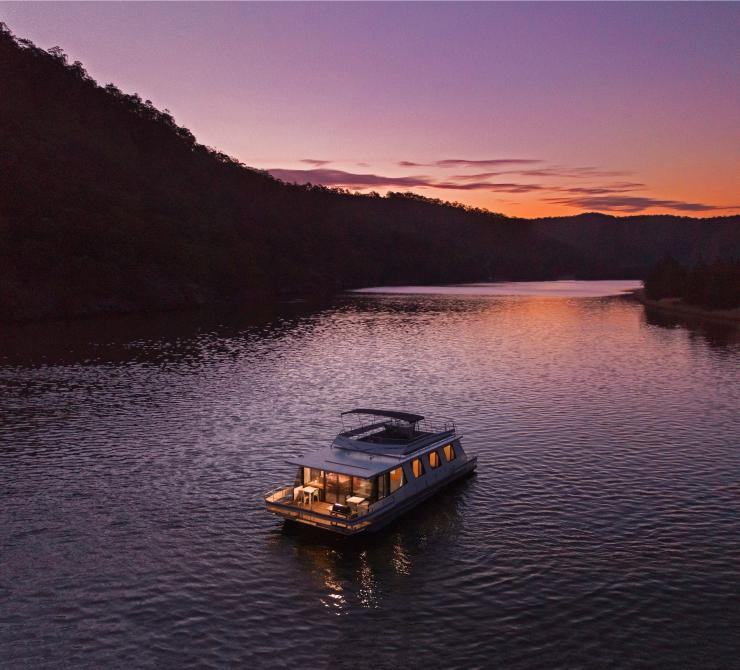 Houseboat, Hawkesbury River, Wisemans Ferry, NSW © Destination NSW